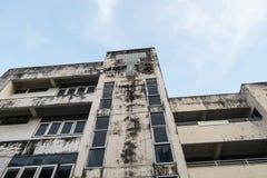 Fundo do céu da construção de velha escola fotos de stock