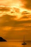 Fundo do céu do ouro com iate Fotografia de Stock