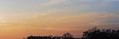 Fundo do céu e das árvores no tempo do por do sol, crepúsculo Imagens de Stock Royalty Free