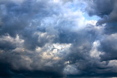 Fundo do céu e das nuvens de tempestade escuras Fotografia de Stock