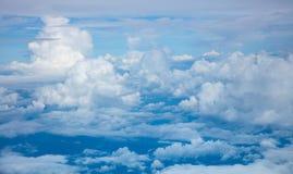 Fundo do céu - ideia aérea de nuvens e da atmosfera claras do céu imagens de stock royalty free