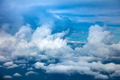 Fundo do céu - ideia aérea de nuvens e da atmosfera dramáticas do céu foto de stock royalty free