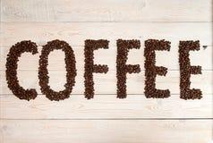 Fundo do café Feijões de café com café do texto fotos de stock royalty free