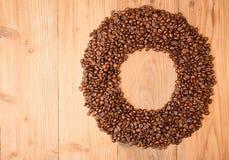 Fundo do café, feijões de café na forma do círculo fotos de stock royalty free