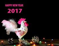 Fundo do cartão do ano novo feliz 2017 com o galo feito à mão do ofício Fotografia de Stock Royalty Free
