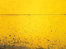 Fundo do cimento espirrado na parede amarela fotos de stock