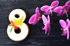 Fundo do cinza 8 de março do pão-de-espécie e da orquídea Fotografia de Stock
