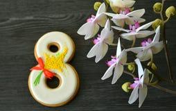 Fundo do cinza 8 de março do pão-de-espécie e da orquídea Imagens de Stock