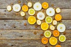 Fundo do citrino Limões, laranjas e cais No fundo de madeira Imagem de Stock Royalty Free