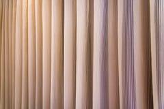 Fundo do clássico de Brown da cortina do fundo da cortina de Brown fotos de stock