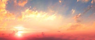 Fundo do conceito colorido do céu: Por do sol dramático com o céu e as nuvens crepusculares da cor imagem de stock