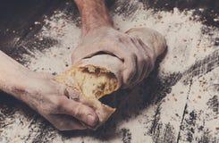 Fundo do conceito da padaria Mãos que quebram o naco do pão fotografia de stock
