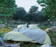 Fundo do conceito das férias com cama e floresta da noite Fotos de Stock