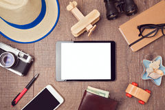 Fundo do conceito do curso e das férias com zombaria digital da tabuleta acima e objetos Vista de acima Fotografia de Stock