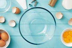 Fundo do cozimento com ovos e utensílios para a receita passo a passo da merengue foto de stock