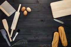 Fundo do cozimento com pão, pino do rolo, ovos, colheres de madeira sobre Imagens de Stock Royalty Free