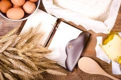 Fundo do cozimento - cozinheiro vazio Book, orelhas do trigo, farinha Imagens de Stock Royalty Free