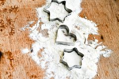 Fundo do cozimento do Natal com farinha, cortador da cookie imagem de stock royalty free