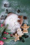Fundo do cozimento do Natal e do feriado Abeto com os moldes da decoração, da farinha, das especiarias e das cookies em uma placa Imagens de Stock Royalty Free