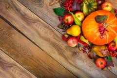 Fundo do cumprimento da ação de graças com abóbora, maçãs, pera, bobina Foto de Stock Royalty Free