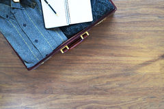 Fundo do curso do vintage Mala de viagem e artigos velhos no floo de madeira Fotografia de Stock Royalty Free