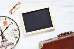 Fundo do curso do vintage Mala de viagem e artigos velhos no tabl de madeira Fotos de Stock