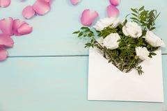 Fundo do dia de mães Ainda vida, vista superior, espaço da cópia Cartão criativo incomum do feriado correio do envelope com ramal Imagens de Stock Royalty Free