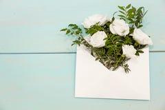Fundo do dia de mães Ainda vida, vista superior, espaço da cópia Cartão criativo incomum do feriado correio do envelope com ramal Fotos de Stock Royalty Free