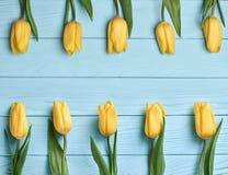 Fundo do dia de mães Amarelo das tulipas na madeira azul Fotografia de Stock Royalty Free