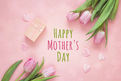 Fundo do dia de mães com tulipas, corações e a caixa de presente cor-de-rosa sobre Fotografia de Stock