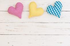Fundo do dia de mães ou do dia de Valentim com corações coloridos na madeira branca Imagens de Stock Royalty Free