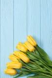 Fundo do dia de mães Ramalhete das tulipas na madeira azul Fotografia de Stock