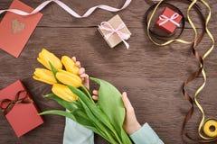 Fundo do dia de mães Tulipas, caixas de presente na madeira Fotografia de Stock Royalty Free
