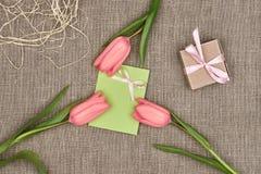 Fundo do dia de mães Tulipas, nota no pano de saco Imagens de Stock Royalty Free