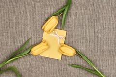 Fundo do dia de mães Tulipas, nota no pano de saco Imagem de Stock