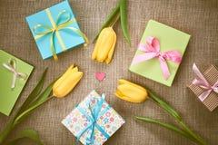 Fundo do dia de mães Tulipas, presentes no pano de saco Foto de Stock Royalty Free