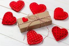 Fundo do dia de são valentim com caixa de presente e corações Imagens de Stock Royalty Free