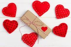 Fundo do dia de são valentim com corações e caixa de presente Foto de Stock