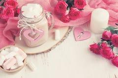 Fundo do dia de são valentim com rosas, cacau e marshmallow Foto de Stock