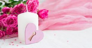 Fundo do dia de são valentim com rosas e vela Fotografia de Stock