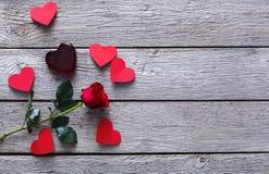 Fundo do dia de são valentim, coração de vidro e flor cor-de-rosa na madeira Fotografia de Stock
