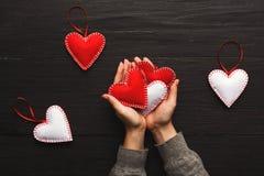 Fundo do dia de são valentim, corações do descanso nas mãos fêmeas Fotografia de Stock