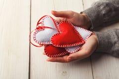 Fundo do dia de são valentim, corações do descanso nas mãos fêmeas Imagens de Stock