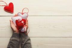 Fundo do dia de são valentim, corações do descanso nas mãos fêmeas Fotos de Stock Royalty Free