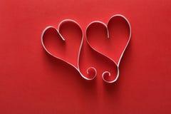 Fundo do dia de são valentim, corações do papel feito a mão no vermelho Fotos de Stock