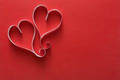 Fundo do dia de são valentim, corações do papel feito a mão no vermelho Fotos de Stock Royalty Free
