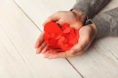 Fundo do dia de são valentim, corações nas mãos fêmeas Fotografia de Stock