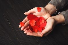 Fundo do dia de são valentim, corações nas mãos fêmeas Fotos de Stock Royalty Free