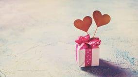 Fundo do dia de Valentim Caixa do presente com dois corações sobre azul Foto de Stock