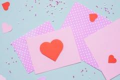 Fundo do dia de Valentim Cartão do Valentim com papel do coração e do ofício no fundo azul fotografia de stock